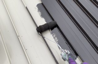 物置屋根下塗り 状況